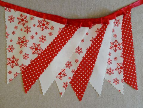 CHRISTMAS BUNTING - Red Snowflakes & Plain Cream & Spots - 3m/10ft  - 14 flags (single-sided)